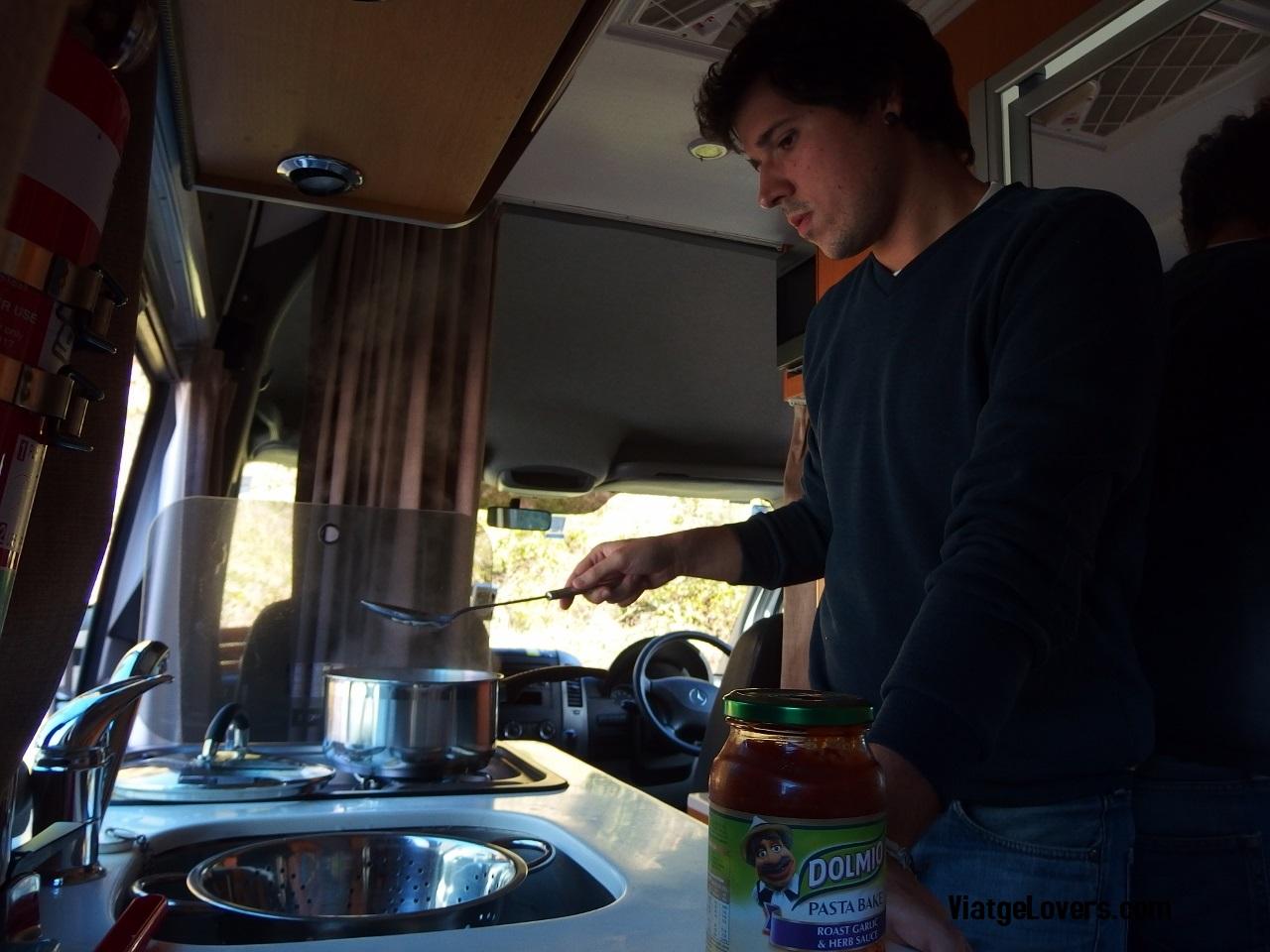 Cocinando dentro de la campervan