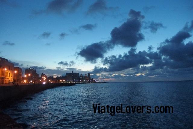 Imposible cansarse de los anocheceres en el Malecón