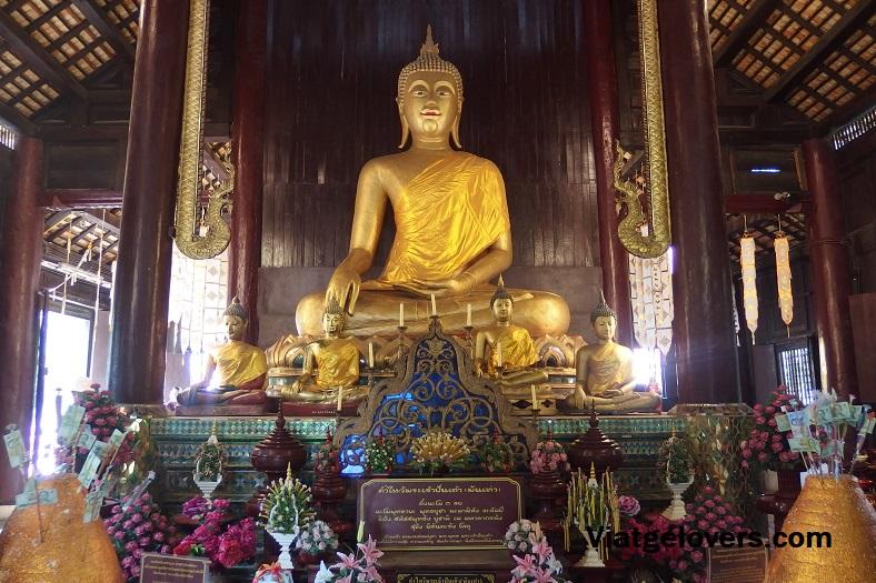 Interior del templo Wat Chedi Luang
