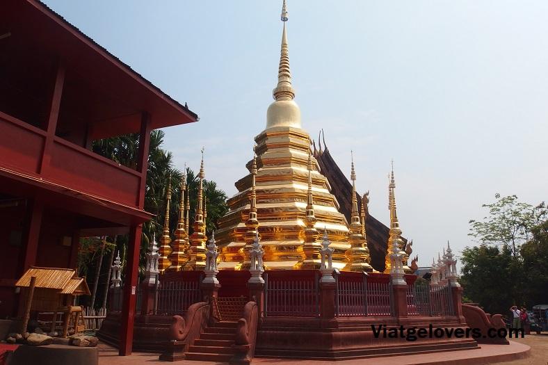 Pagodas en la parte exterior, Wat Chedi Luang, Chiang Mai