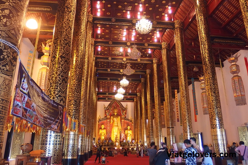 Interior del edificio principal de Wat Phra Singh, Chiang Mai