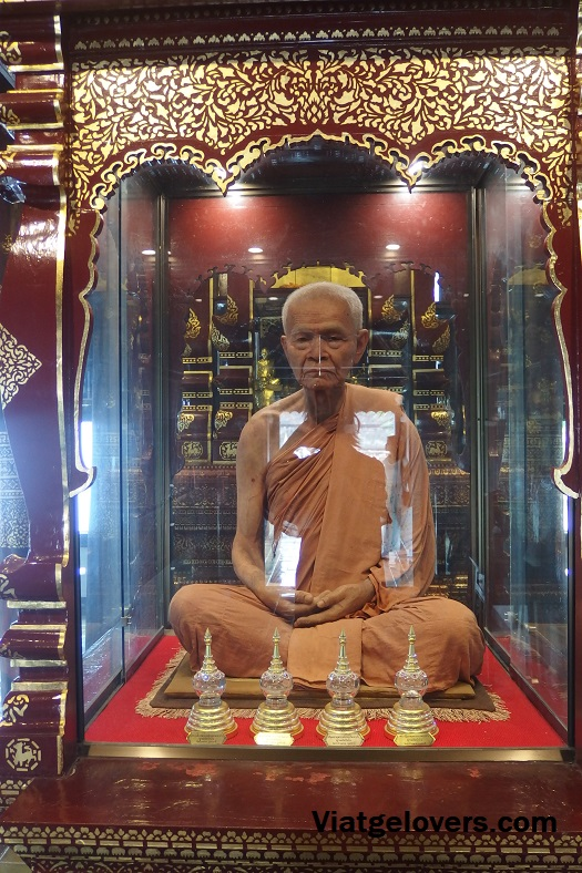 Monje disecado en Wat Phra Singh, Chiang Mai