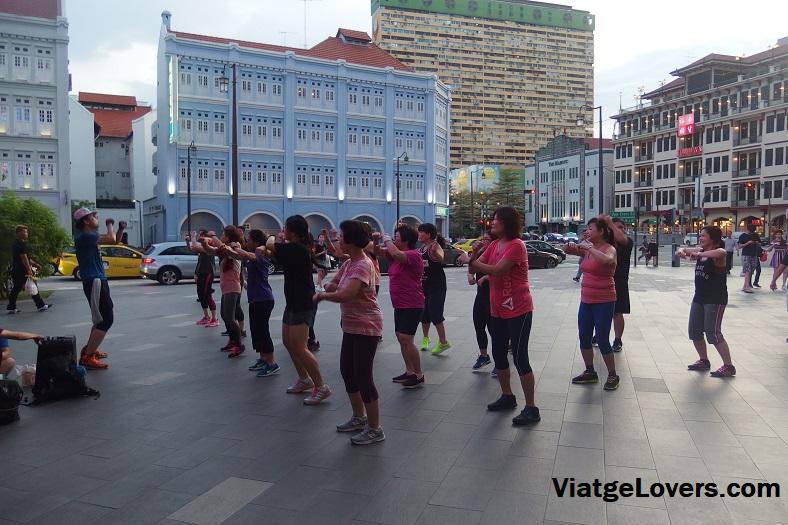 Deporte al aire libre cuando cae el Sol en Chinatown
