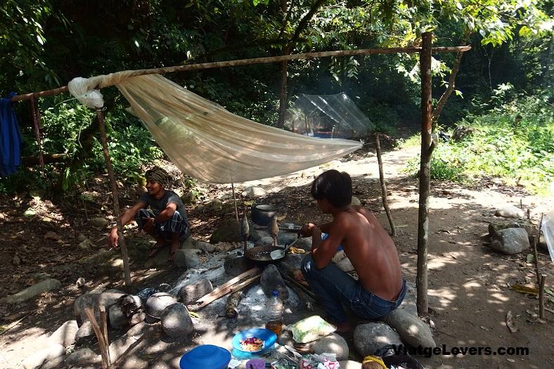 Locales preparando su comida con pescado fresco del río