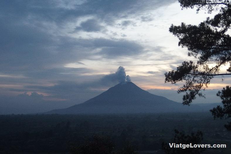 El volcán Sinabung expulsando humo, Berastagi