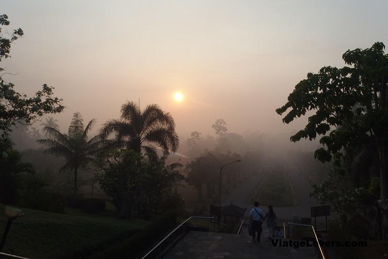 El día levantándose en el Borobodur