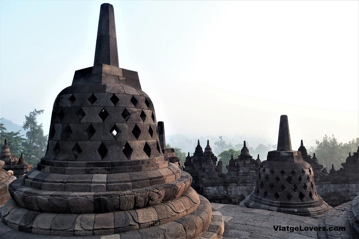 El templo está compuesto por cientos de estupas como estas