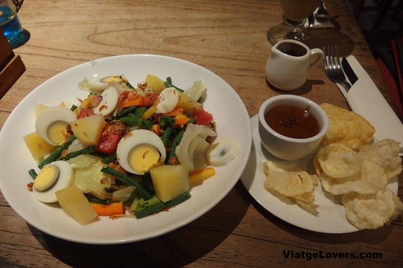 Gado-Gado es uno de los platos más tradicionales de la isla de Java. Riquísimo!