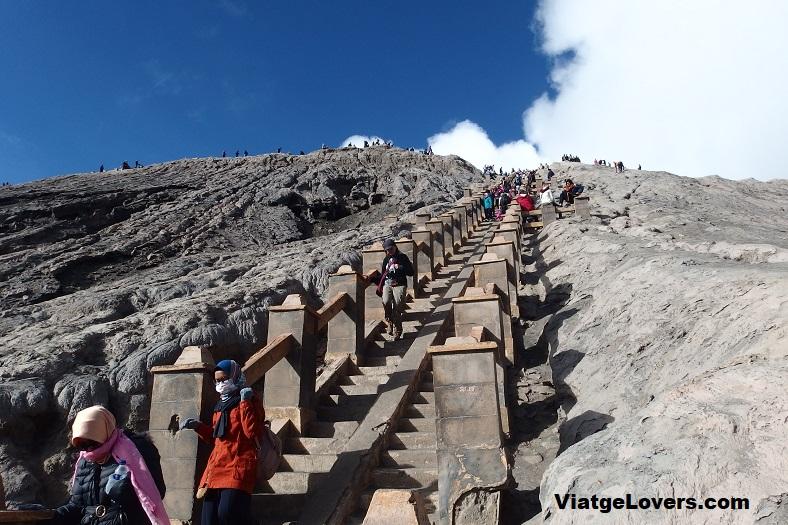 Escaleras finales para llegar hasta el cráter del Bromo