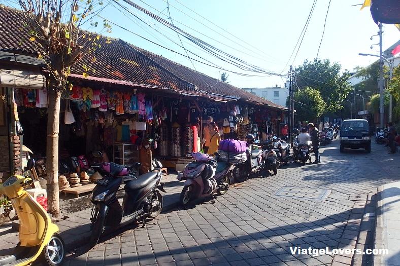 Las calles de Kuta estan repletas de tiendas de souvenirs a bastante buen precio