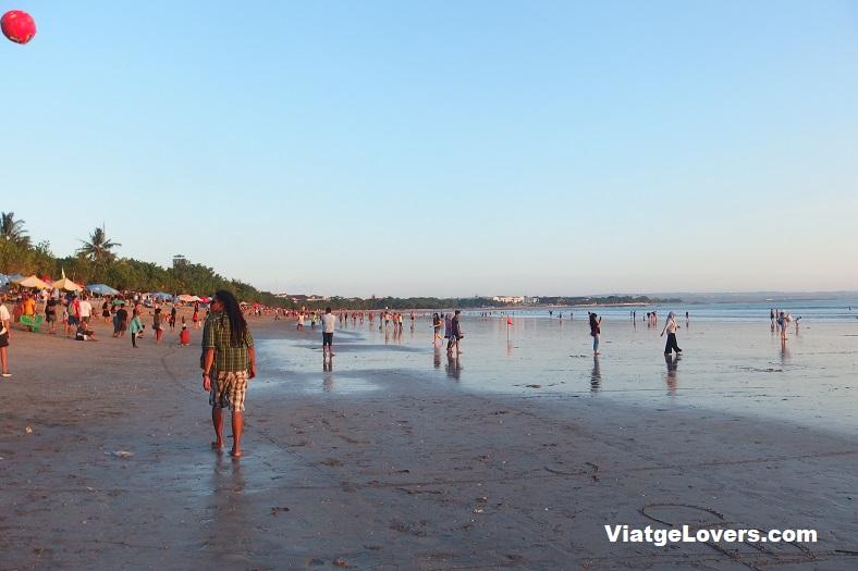 Cuando empezaba a caer, gente local se acercaba a la playa para disfrutar de este ambiente