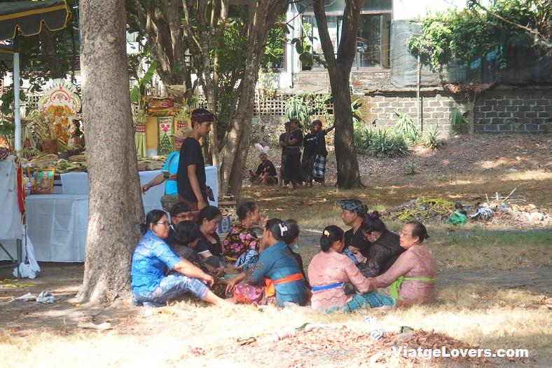 Celebración hindú en la playa de Kuta