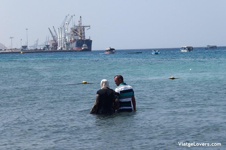 Una pareja bañándose en el Mar Rojo, Aqaba -ViatgeLovers.com