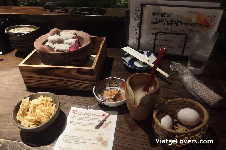 Preparación del Sukiyaki. Japón -ViatgeLovers.com
