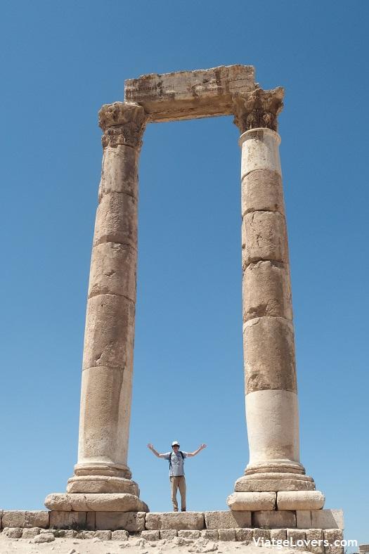 En esta foto se aprecia mejor el tamaño ENORME de la puerta de Hércules -ViatgeLovers.com